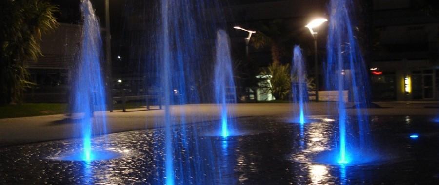 Fontaine de Saint Palais sur Mer : l'éclairage de la fontaine la nuit offre un véritable spectacle aux passants
